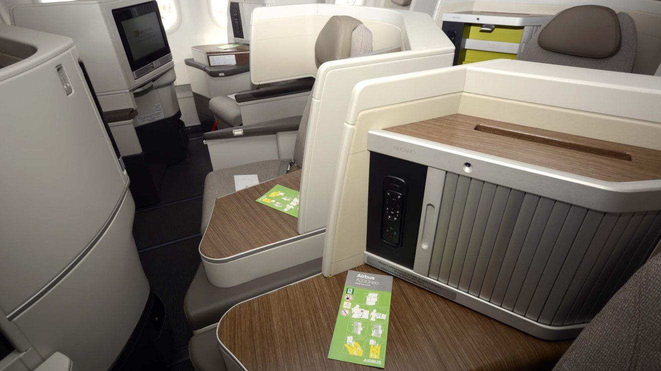 El asiento de business incluye varias zonas para guardar objetos personales.