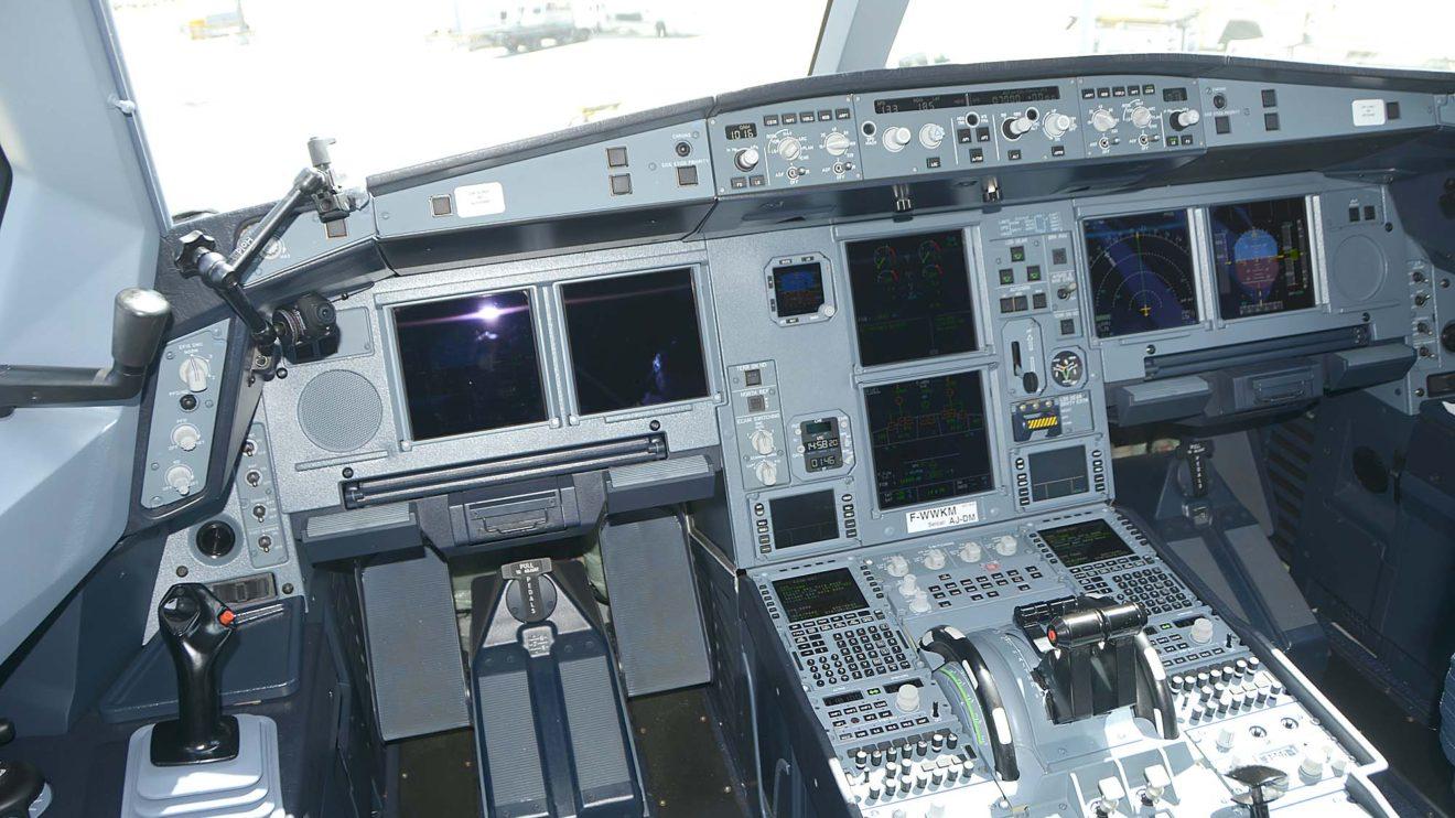 El cockpit del A330neo incorpora sistemas como el de prevención de salida de pista, y HUD para ambos pilotos.
