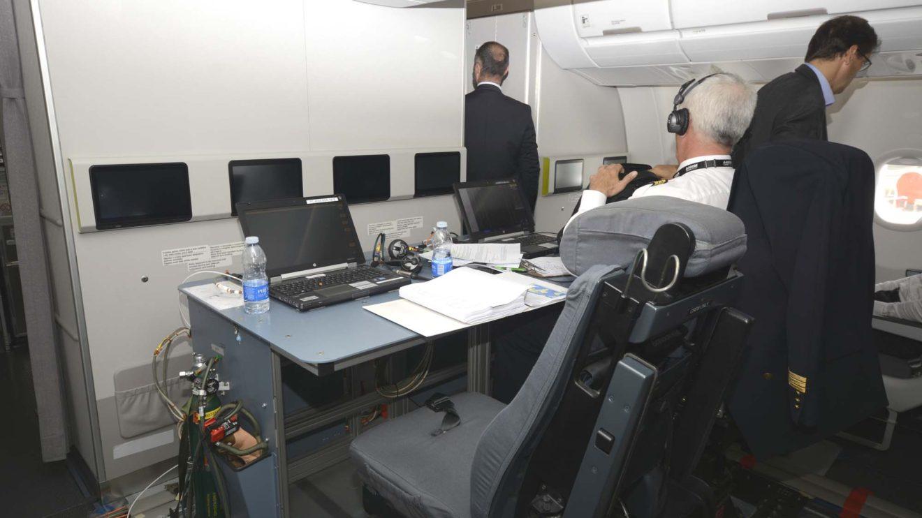 Para los vuelos de prueba de ruta el A330 incorpora una consola para dos ingenieros de pruebas de vuelo.