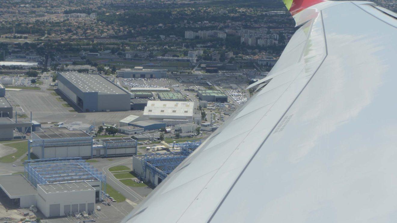 Despegue de Toulouse con la factoría de Airbus bajo el ala. Se puede apreciar el nuevo winglet.