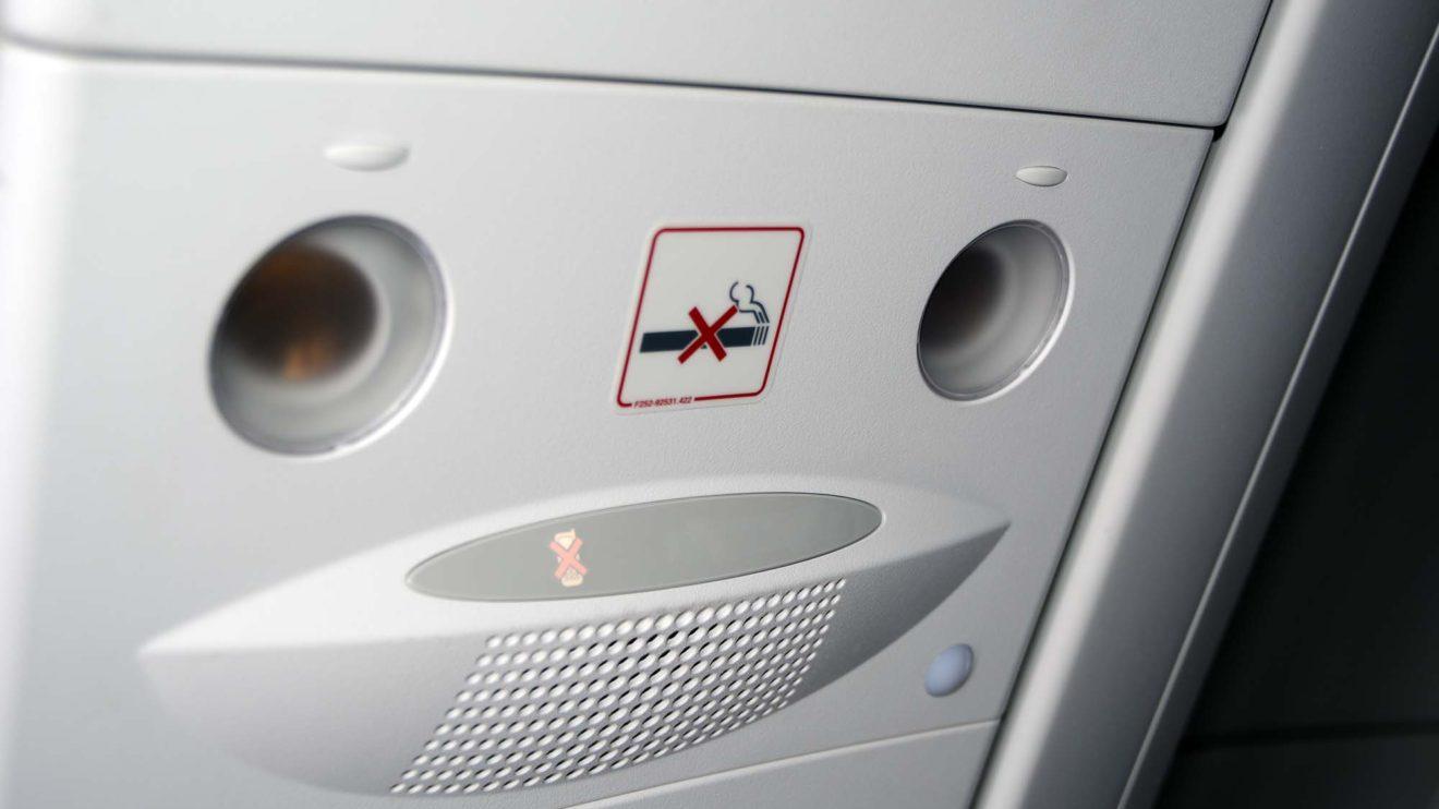 La señal de prohibido fumar es ahora un adhesivo y se cuenta con una para los equipos electrónicos.