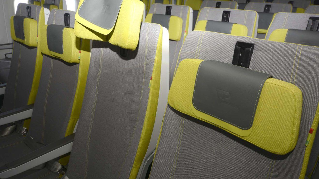 Los asientos de turista cuentan con reposacabezas ajustables en altura, inclinación y pueden plegarse para sujetar la cabeza.