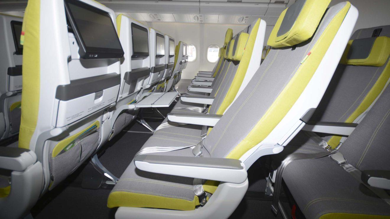 Los asientos de turista son más delgados gracias a nuevas espumas de relleno. Ello permite aumentar el espacio para el pasajero sin cambiar la distancia entre los asientos.