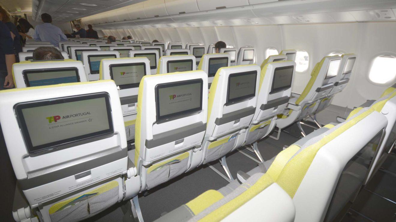 Los asientos de turista incluyen una pantalla de video, toma USB y una mesa plegable que se abre mediante un pulsador y se cierra colocándola en su lugar, sin pasador giratorio.