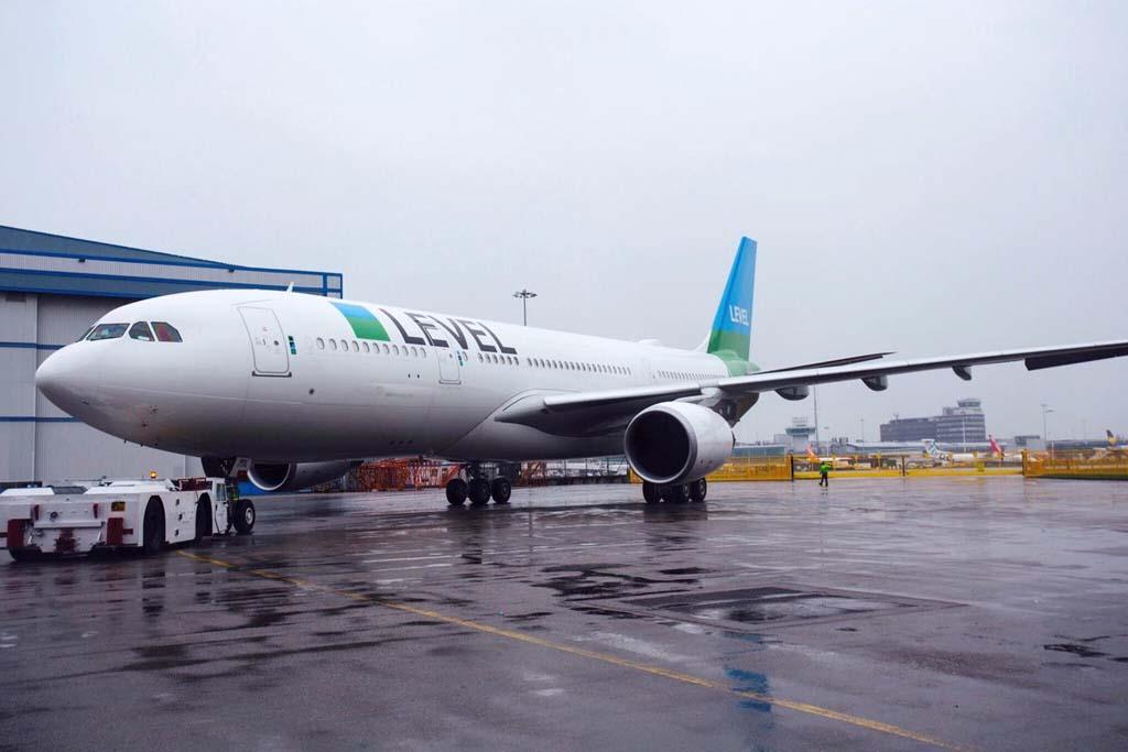 El primero de los dos Airbus A330 de Level a su salida del hangar de pintura en Manchester.