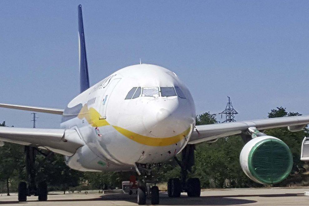 Airbus A330 almacenado con los motores y cristales protegidos.