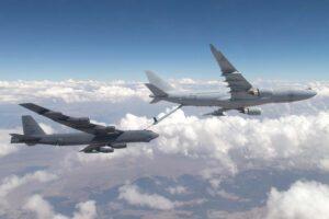 Un A330MRTT australiano reposta a un B-52 de la USAF durante unas maniobras conjuntas.