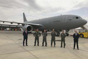 La tripulaciòn del vuelo de entrega posa en Getafe junto a los representantes de OCCAR (derecha) y NSPA (izquierda).