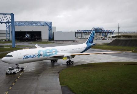 Todavia pendiente de recibir los motores Rolls-Royce Trent 7000, el primer A330neo salió del hangar de pintura de Airbus en Toulouse el 23 de diciembre.