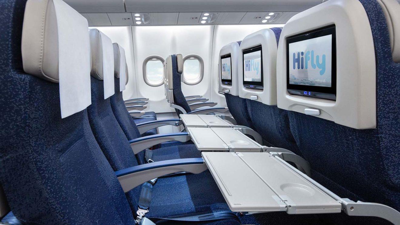 Los asientos de turista cuentan con una toma USB para cargar dispositivos portátiles bajo la pantalla de televisión.