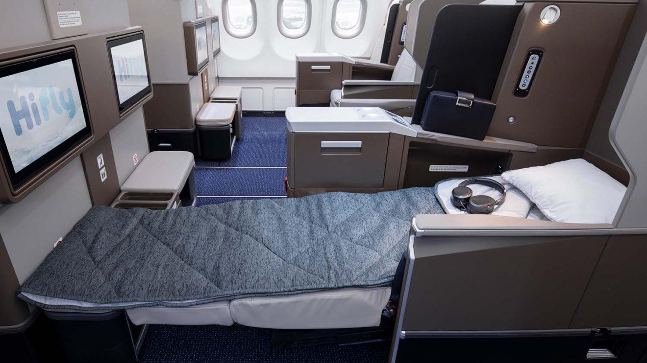 Los asientos de business del A330neo de Hi Fly se convierten en camas planas.