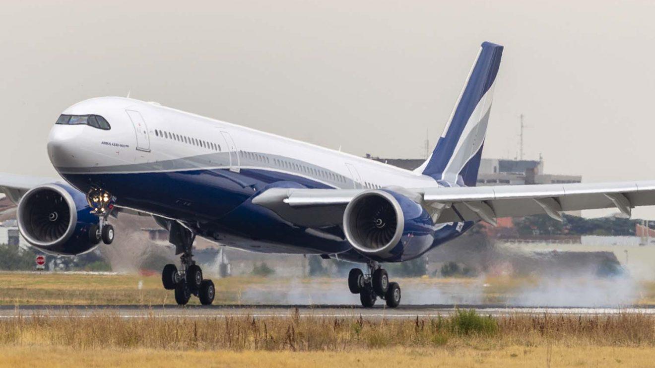 Aunque la mayoría de los aviones de Hi Fly van blancos, para este A330neo y los nuevos A319 recién incorporados se ha escogido una vistosa decoración exterior.