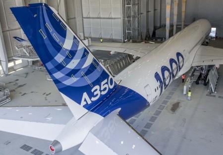 El A350-1000 listo para abandonar el hangar de pintura en Toulouse. Se aprecia claramente el tren de aterrizaje principal de seis ruedas.
