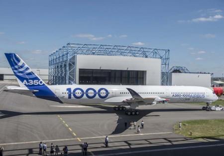 El primer Airbus A350-1000 a su salida del hangar de pintura, todavía a falta de sus motores. En la compuerta de la bodega delantera se puede ver, marcada en rojo, la escotilla de emergencia con permos explosivos para el caso de que una emergencia en los primeros vuelos obligue a la tripulación a abandonar el avión en vuelo.