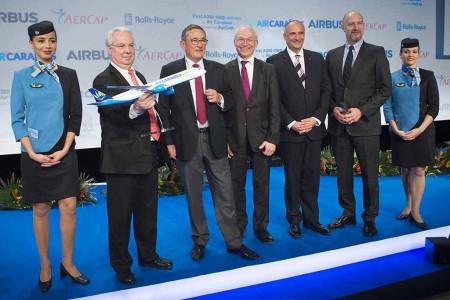 De izquierda a derecha: Marc Rochet, presidente del directorio de Air Caraïbes; Jean-Paul Dubreuil, presidente de Consejo de Supervisión de Air Caraïbes; Didier Evrard, vice presidente ejecutivo de Programas de Airbus; Eric Schulz, presidente de motores civiles de Rolls-Royce; y Philip Scruggs, presidente y CEO de AerCap.