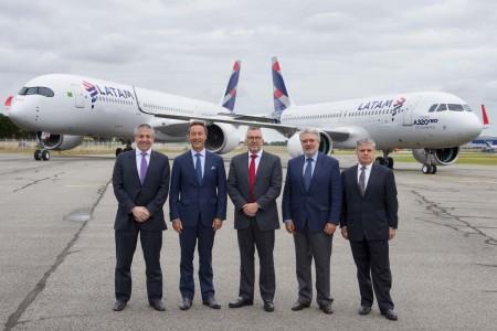 De izquierda a derecha, Roberto Alvo (LATAM), Fabrice Bregier (Airbus), Enrique Cueto (LATAM), Rafael Alonso (Airbus), y José Maluf (LATAM) en la entrega de los nuevos aviones a LATAM.