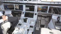 Cockpit de A350-900. Lo normal en tierra es que no se apaguen los sistemas del avión por la necesidad de usarlos en tierra.