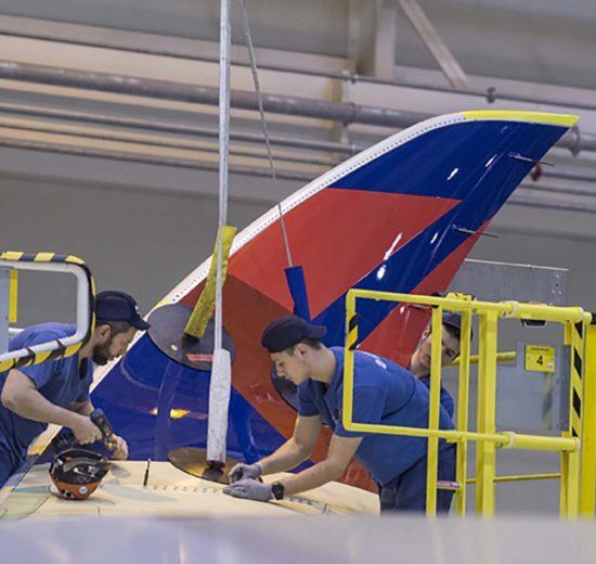 Trabajadores de Airbus instalando un winglet en un A350 de Delta en la cadena de montaje en en Toulouse.