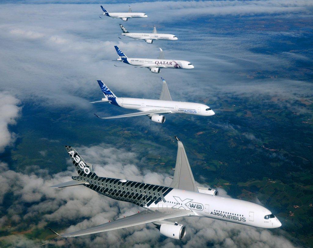 Vuelo en formación de cinco Airbus A350-900