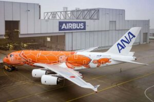 El tercer y último Airbus A380 de ANA a su salida del hangar de pintura en Finkenwerder.