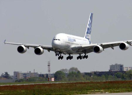El A380 pocos segundos antes de tomar tierra al final de su primer vuelo.