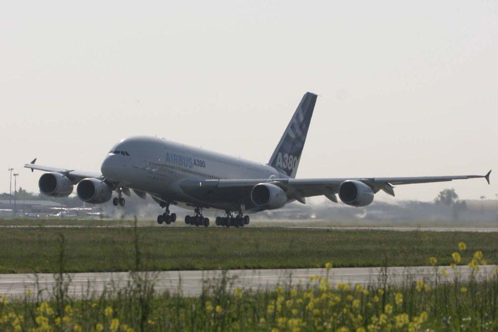 Despegue en Toulouse del Airbus A380 en su primer vuelo.