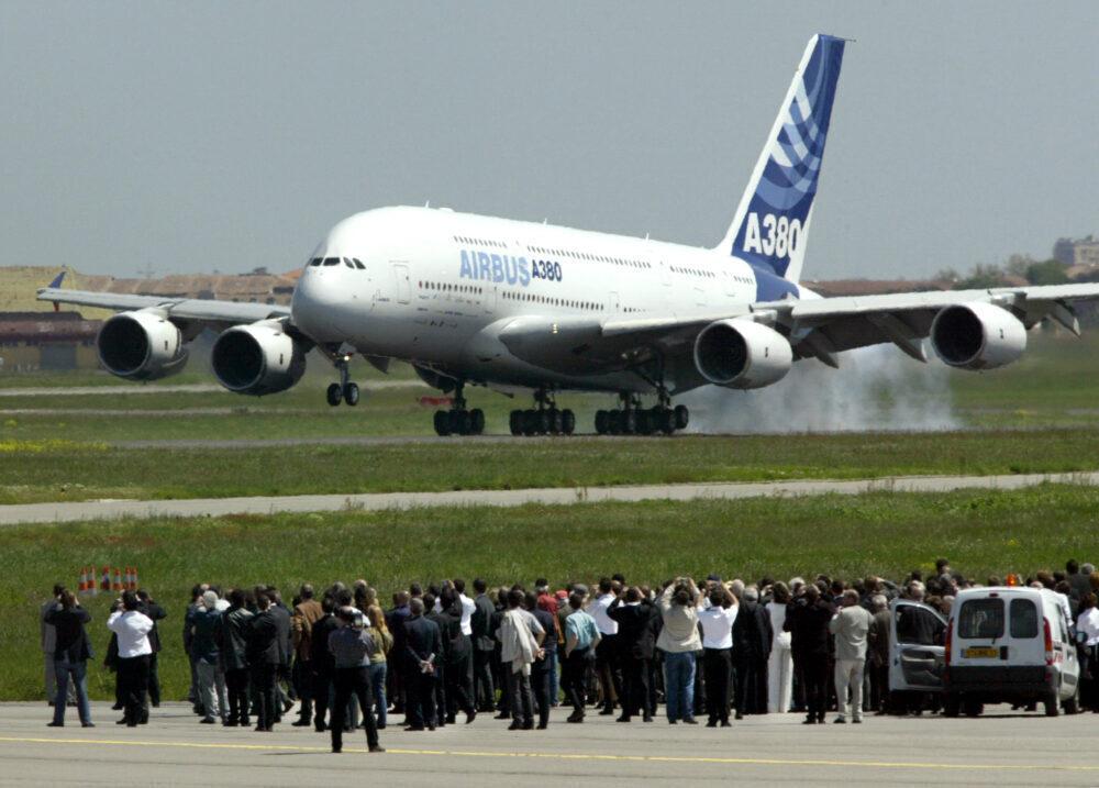 Tras 3 horas y 54 minutos en el aire, el A380 regresa a Toulouse en su primer vuelo.