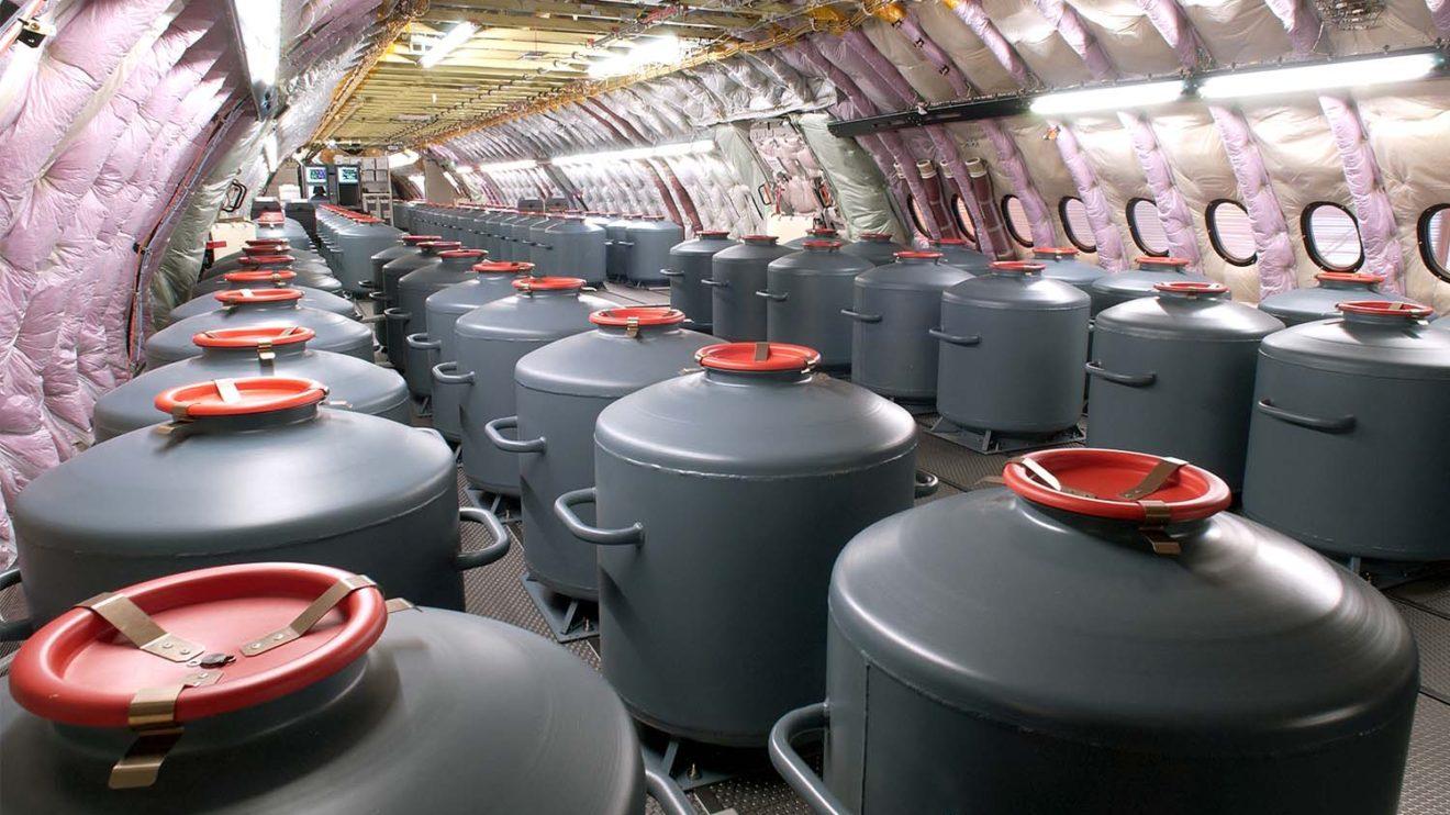 Interior de la cabina de pasaje del A380 durante las pruebas de certificación. Depósitos de agua que permiten variar el peso del avión.