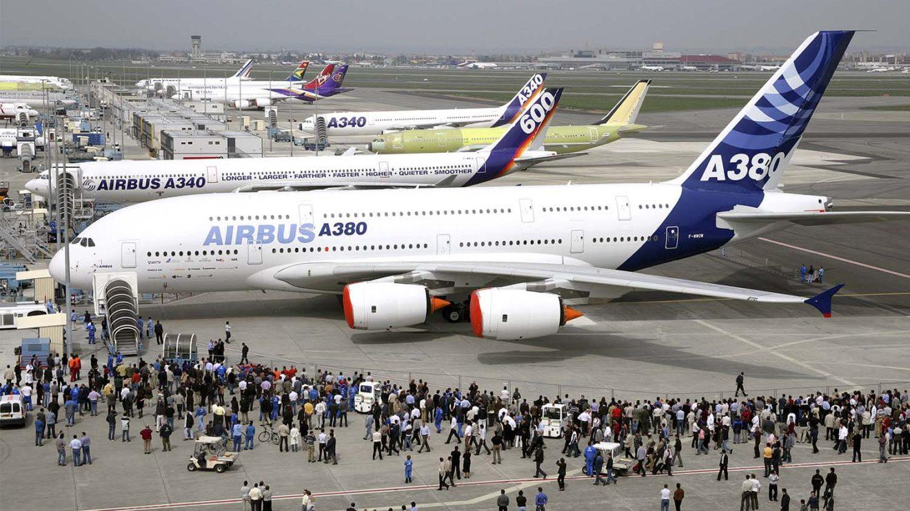 Llegada del A380 a la línea de vuelo de Airbus para las pruebas previas a su primer vuelo.Llegada del A380 a la línea de vuelo de Airbus para las pruebas previas a su primer vuelo.