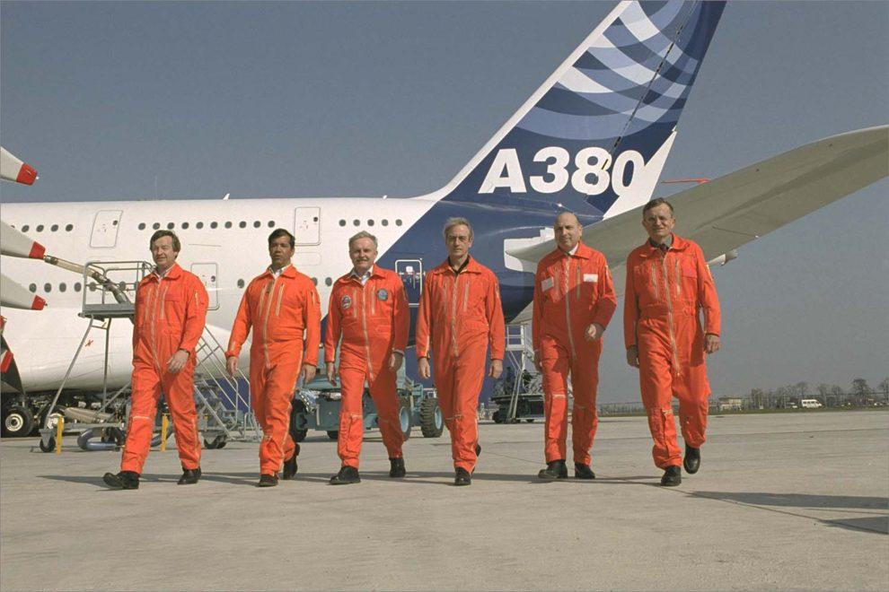 La tripulación del primer vuelo del Airbus A380. El segundo por la izquierda es el español Fernando Alonso.