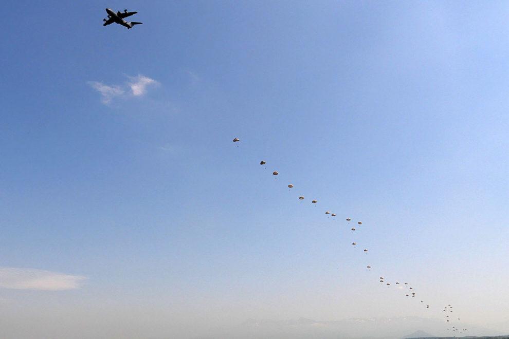 Salto de 50 paracidistas desde un A400M usando una de las puertas laterales del avión.