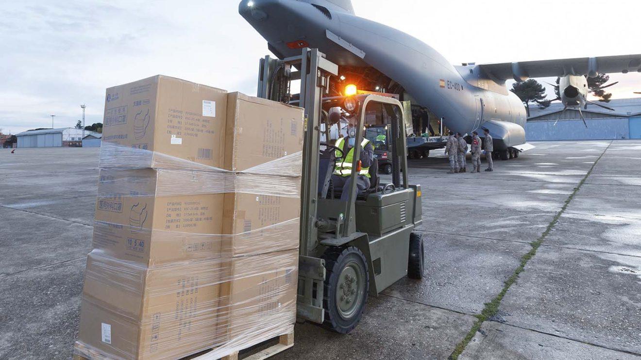 Personal de la base aérea de Getafe fue encargado de descargar el A400M a su legada a la misma.