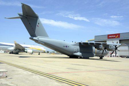 A400M de la RAF esperando a entrar para ser actualizado en el hangar que Airbus tiene alquilado a Iberia en el aeropuerto de Madrid Barajas.