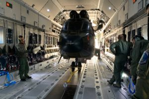 El Cougar de FAMET a bordo del A400M ya anclado para su transporte.