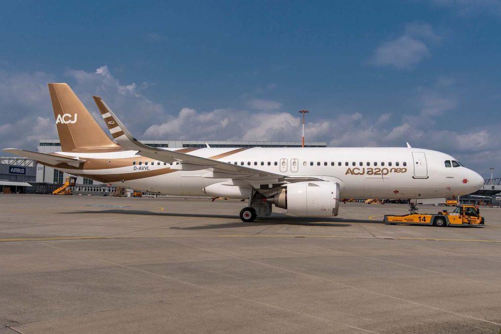 El primer ACJ320neo ya pintado con los colores corporativos de la división de aviones corporativos de Airbus tras su salida del hangar de pintura