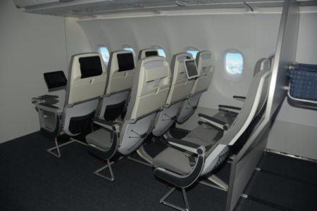 Maqueta de la cabina del Airbus A320 en la que el cleinte puede ver diferentes tipos de asientos y las posibles separaciones entre ellos.