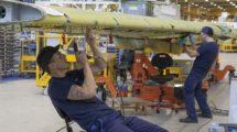 Empleados de la factoría de Airbus en Broughton trabajando en la producción de un ala.