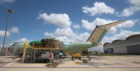 El primer Airbus Defense and Space A400M para el Ejército del Aire español durante sus pruebas en tierra, sin motores, en Sevilla.