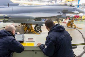 Empleados de Airbus Defence & Space en la cadena de montaje de Eurofighter en Getafe.
