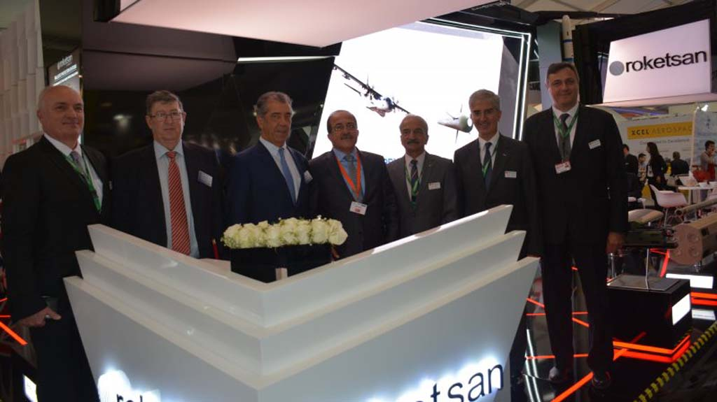 Firma en el salón de Farnborough del acuerdo entgre Airbus Defense and Space y Roketsan.