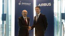 Eric Trappier (izquierda) y Dirk Hoke (derecha) tras la firma del acuerdo entre sus empresas, Dassault y Airbus para trabajar juntas ene l FCAS.