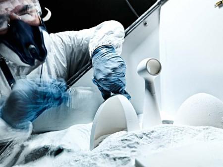 Limpieza de piezas impresas con nylon en la factoría de Airbus en Filton.