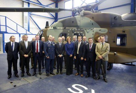 La ministra Cospedal junto a los máximos representantes de Airbus Helicopters, de Airbus en España, el Jefe del Estado Mayor del Ejército del Aire y diversos responsables del ministerio de Defensa frente al NH90 entregado a FAMET.