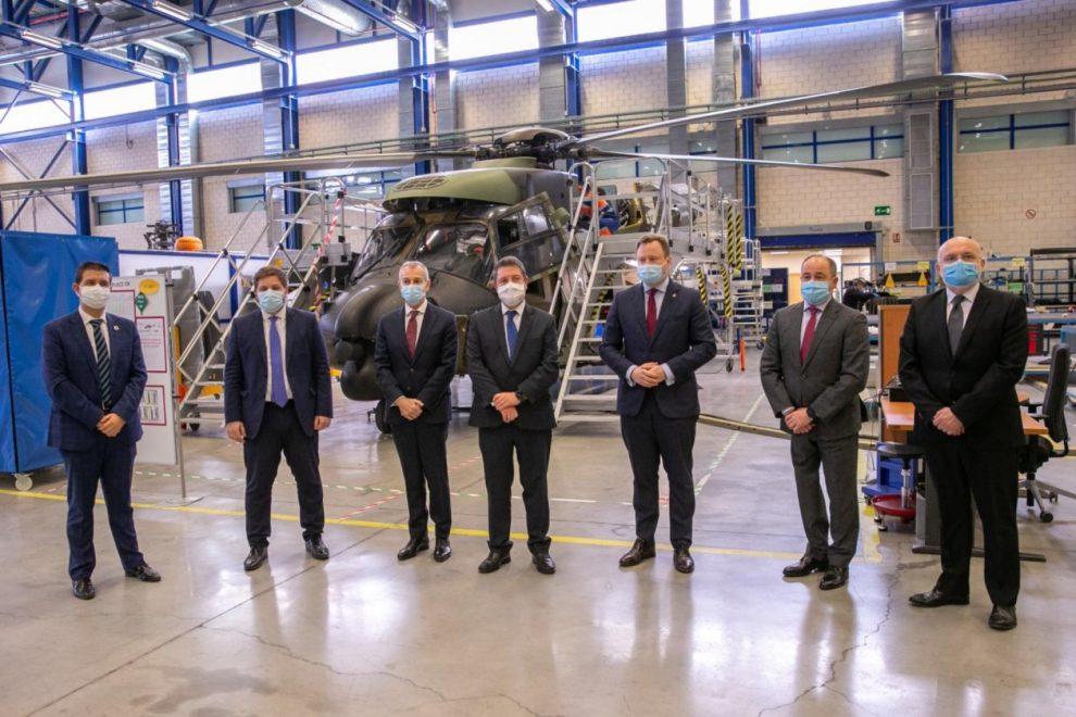 Los firmantes del acuerdo, al centro, acompañados de otras autoridades en la factoría de Airbus Helicopters en Añbacete.