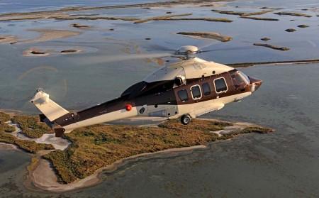 El primer H175 VIP durante uno de sus vuelos de prueba. Al estar destinado a operar desde un yate, se le ha dotado de sistema de flotación de emergencia autohinchable .