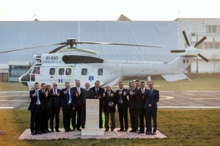"""Directivos de Airbus Helicopters y miembros del gobierno rumano ante la """"primera piedra"""" de la nueva factoría en Brasov."""