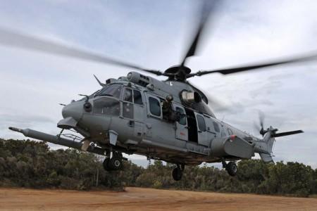 Airbus Helicopters H225M equipado con ametralladoras de defensa en las puertas y sonda de reabastecimiento en vuelo.