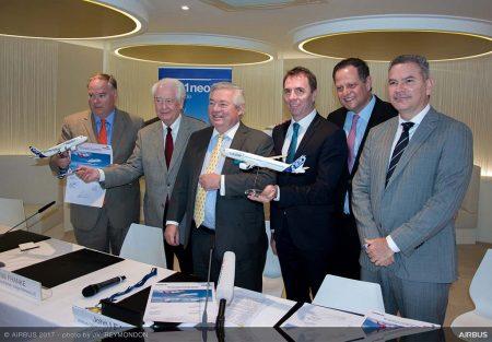 John Leahy, vice presidente de operaciones - clientes de Airbus, en una de las que puede ser últimos grandes contratos de su carrera, con los presidentes de las cuatro aerolíneas participadas por Indigo Partners y el de esta última.