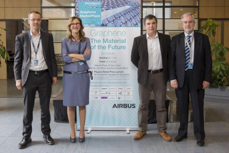 De izquierda a derecha, Denis Descheemaeker, director de Tecnologías y Conceptos Emergentes de Airbus; Silvia Lazcano, responsable en España de Desarrollo de Negocio y Colaboraciones de Airbus; Konstantin Sergeevich Novoselov, premio Nobel de Física en 2010; y Rafael Gonzálz Ripoll, CEO de Airbus Operations.
