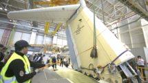 Empleados de Airbus en España instalando la deriva de un A400M en el fuselaje.